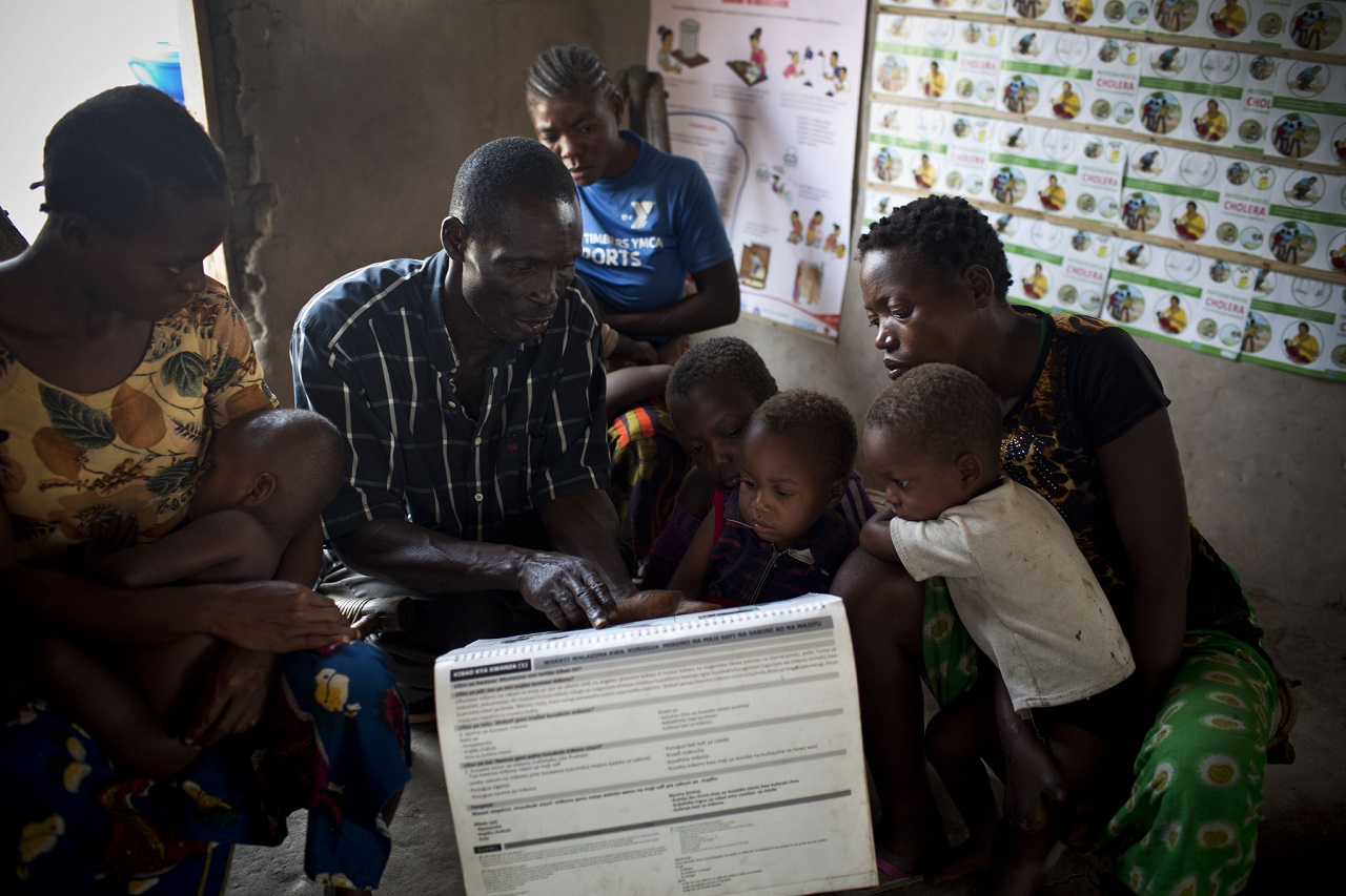 A community health worker talks to mothers and their children in the Democratic Republic of Congo