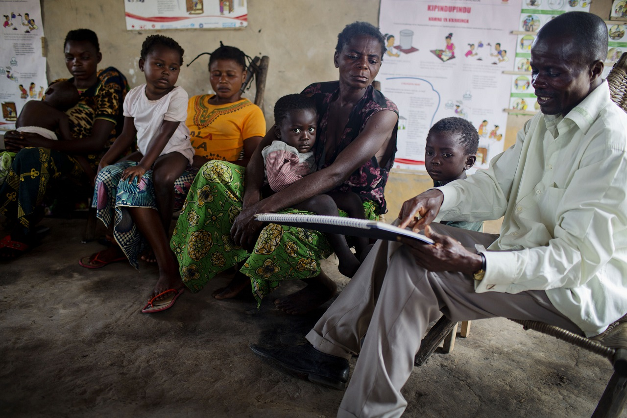 Community health worker in DRC teaches women how to prevent their children getting ill