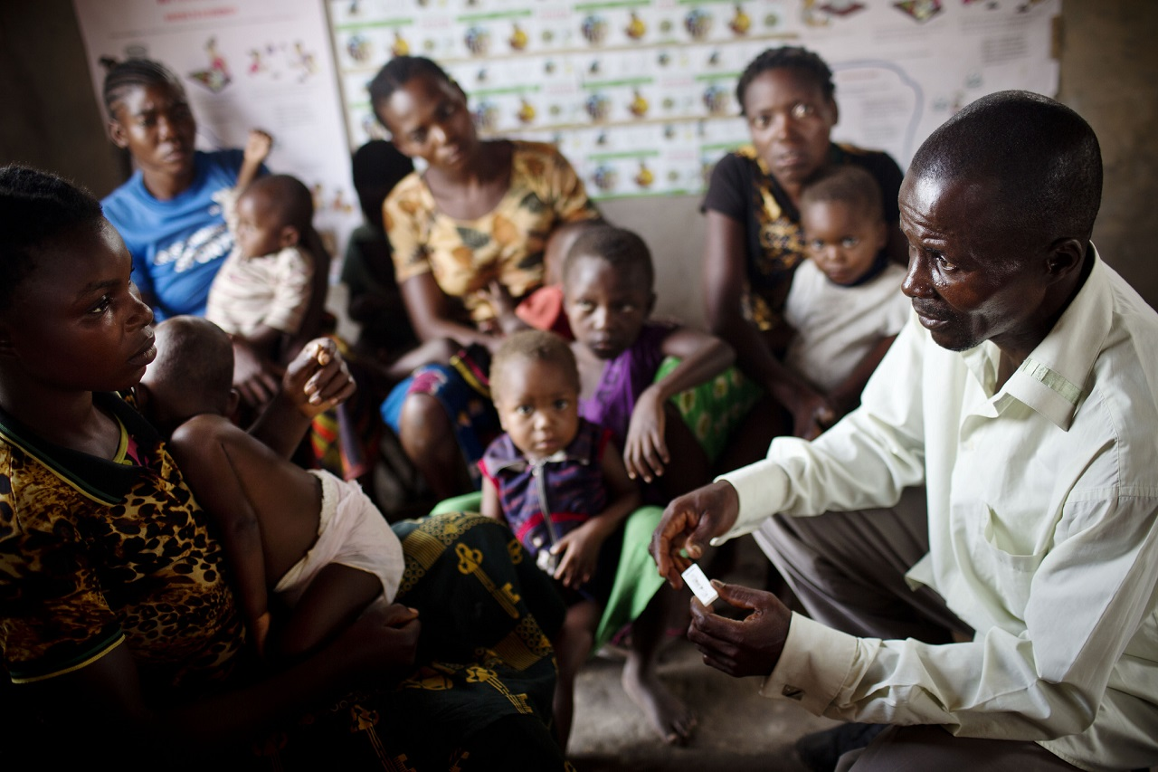 A community health worker in DRC teaches women how to prevent their children getting ill.
